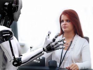 Frau guckt einen Roboter an