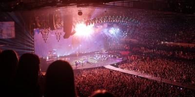 Eine Halle voll mit Menschen und eine Bühne.