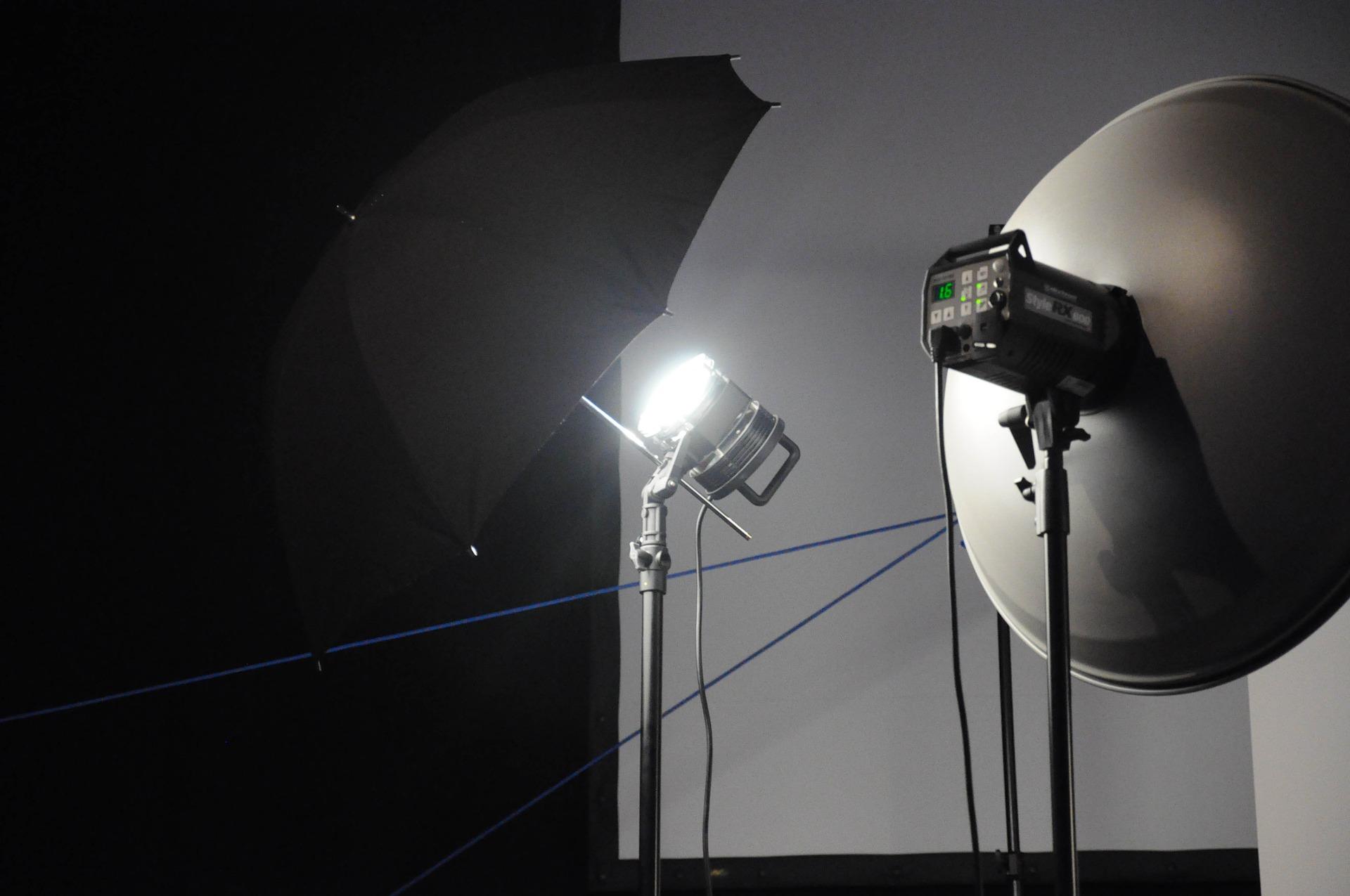 Lampen mit Schirm in einem Studio.
