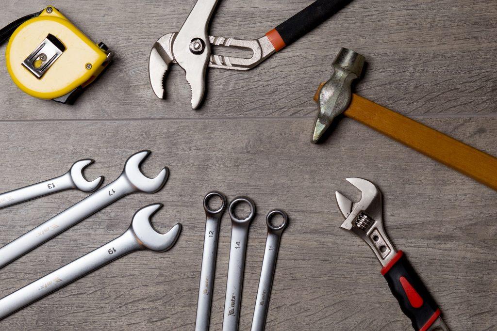 Werkzeuge verteilt auf dem Boden.