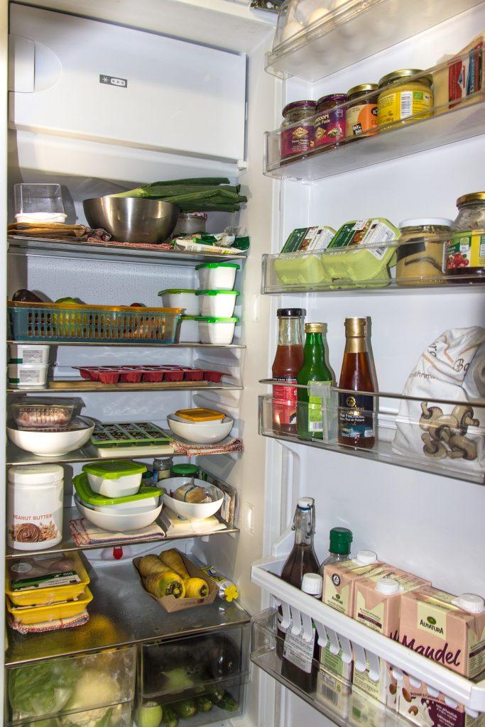 Offener mit Lebensmitteln gefüllter Kühlschrank.