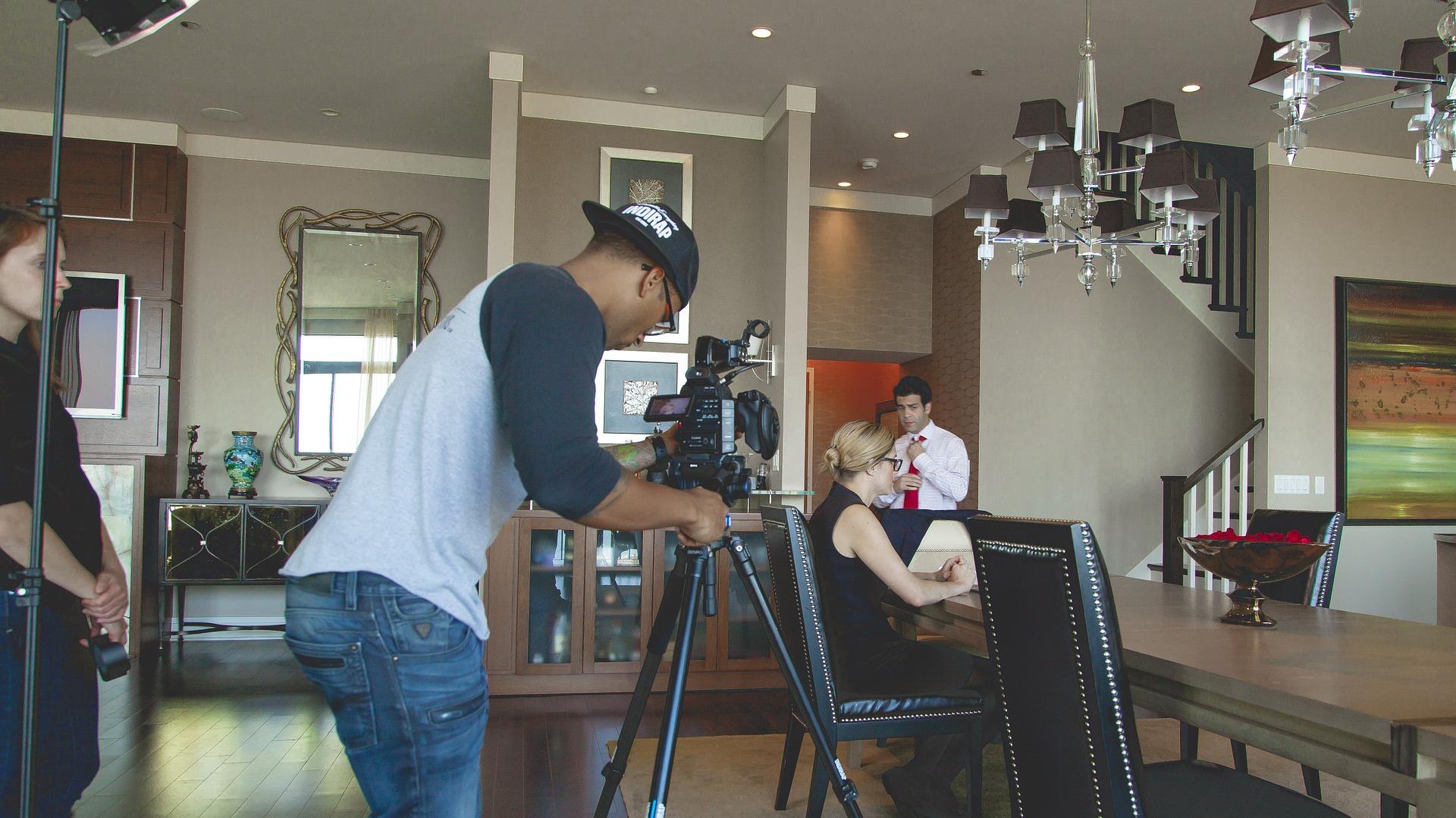 Filmset mit Schauspielern und Kameramann.