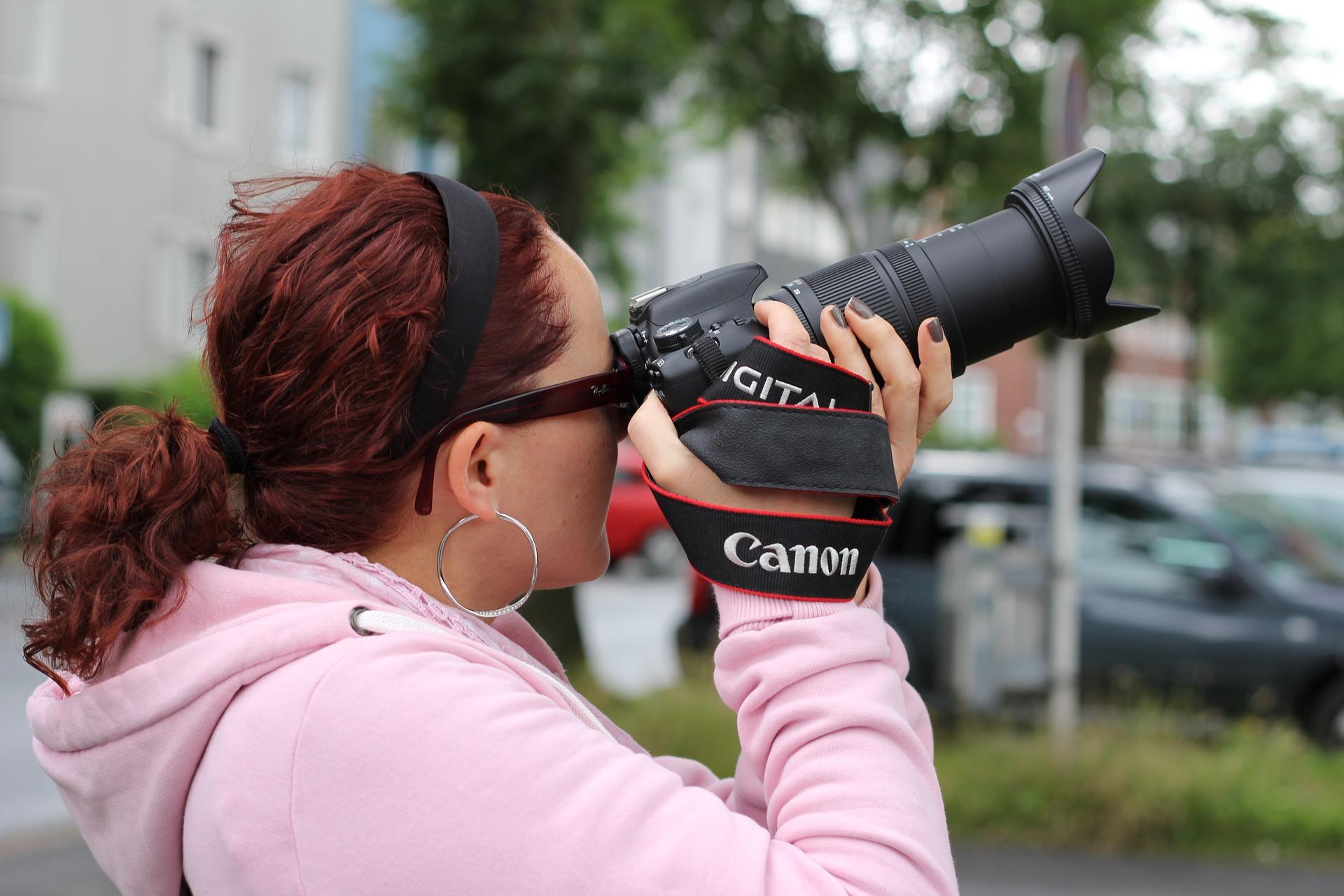Frau knipst ein Foto